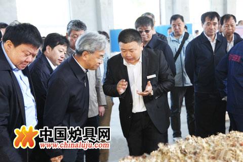 天太公司总经理杨小亮向农业部副部长张桃林汇报秸秆综合利用情况